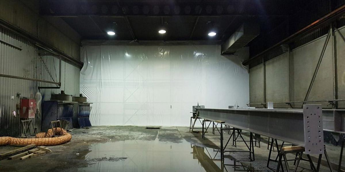 Nieuws - Afscheidingswand geplaatst in spuitloods Fijnaart - ESS Scaffolding